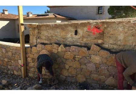 Enrobage rouge + mur en pierre